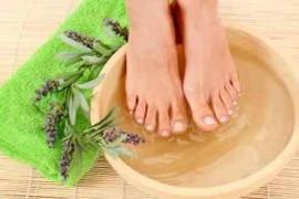 夏天用桔皮砂仁泡脚可以调理脾胃去胀气